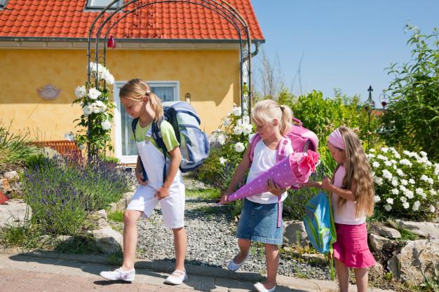 barn på vei hjem fra skolen