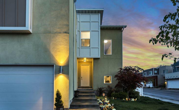 Hus med lys i trappeoppgangen
