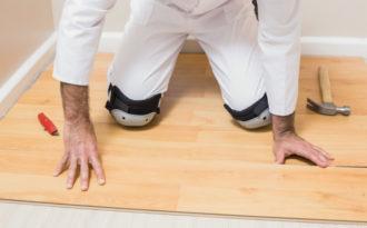 Mann som legger gulv