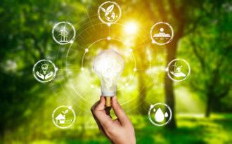 Energisparende lyspære med illustrasjoner om miljøvennlighet